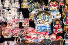 Divers globes de neige de Noël à un marché de Noël à Berlin, G Photo stock
