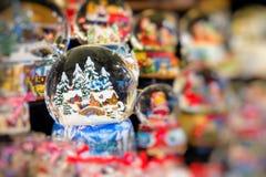 Divers globes de neige de Noël à un marché de Noël à Berlin, G Image stock