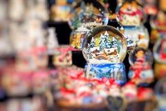 Divers globes de neige de Noël à un marché de Noël à Berlin, G Photographie stock