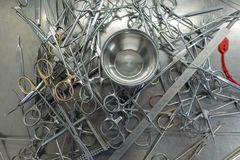 Divers instruments chirurgicaux non triés dans un hôpital photographie stock libre de droits