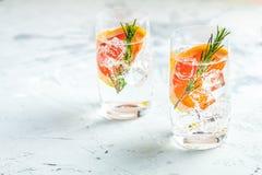 Divers jenevertonicum mengde buitensporig drinkt cocktail stock afbeelding
