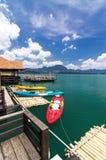 Divers kayak de couleur sur le lac Khao Sok, Thaïlande Images libres de droits