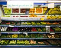 Divers légumes et fruits sur l'affichage dans l'épicerie images libres de droits