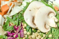 Divers l?gumes coup?s, carotte, chou, laitue, lentilles, champignon photo libre de droits