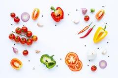 Divers l?gumes frais et herbes sur le fond blanc Concept sain de consommation images libres de droits