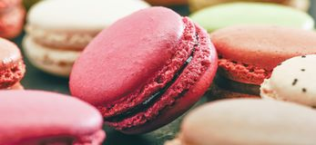 Divers macarons ou petits fours colorés photos stock