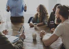 Divers mensengroepswerk op het Concept van de vergaderingslijst Stock Foto's