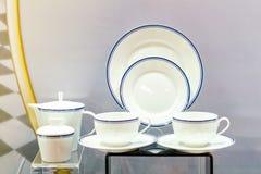 Divers nieuw keukengerei zoals theepotdiep bord enz. op lijst royalty-vrije stock foto's
