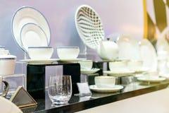 Divers nieuw keukengerei zoals theepotdiep bord enz. op lijst stock fotografie