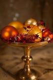 Divers ornements de Noël dans une cuvette Image stock