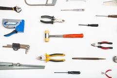 Divers outils de bricolage disposés sur le blanc photo libre de droits