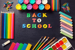 Divers outils pour la peinture et l'art à l'arrière-plan de noir de graphite Concept de nouveau à l'école Images libres de droits