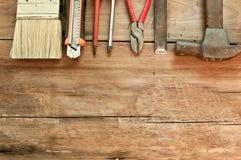 Divers outils sur un plancher en bois Photos libres de droits