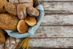Divers pains de pain dans le panier photos stock