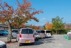 Divers parking de Kei sous des arbres pendant l'automne dans Arashiyama, Japon photos libres de droits