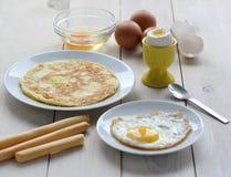Divers plats des oeufs - une omelette, un oeuf dans un désordre Images libres de droits