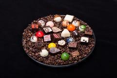 Divers pralines de chocolat et grains de café Image libre de droits