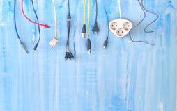 Divers prises, connecteurs et câbles sur le fond sale, connectivité, métaphore de connexion, images stock
