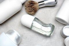 Divers produits cosmétiques avec le désodorisant pour les hommes Photo stock