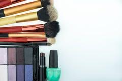 Divers produits de maquillage sur le fond blanc avec le copyspace Photos libres de droits
