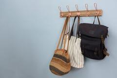 Divers sacs accrochant sur le crochet Photos libres de droits