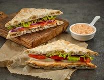 Divers sandwichs sur la planche à découper de papier et en bois photographie stock libre de droits