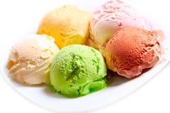 Divers scoops de crème glacée d'un plat photos stock