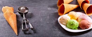 Divers scoops de crème glacée et cônes de gaufre photographie stock