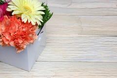 Divers soort bloemen in een doos Stock Foto's