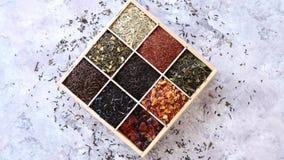 Divers soort droge thee in houten doos stock videobeelden