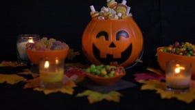 Divers suikergoed met de lengte van Halloween van de pompoenemmer stock videobeelden