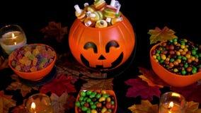 Divers suikergoed met de lengte van Halloween van de pompoenemmer stock video