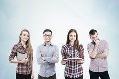 Divers team van studenten met boeken royalty-vrije stock foto's