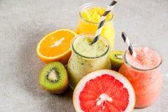 Divers tropisch fruit smoothies Royalty-vrije Stock Afbeeldingen