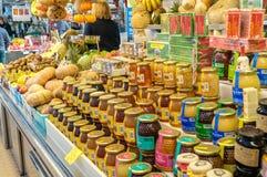 Divers type de miel sur le marché Photographie stock