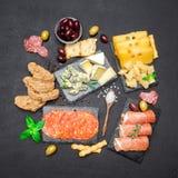 Divers type de repas ou de casse-croûte italien - fromage, saucisse, olives et Parme image libre de droits