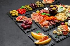 Divers type de repas ou de casse-croûte italien - fromage, saucisse, olives et Parme photographie stock libre de droits