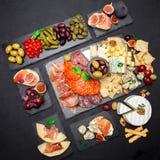 Divers type van Italiaanse maaltijd of snack - kaas, worst, olijven en Parma royalty-vrije stock afbeelding