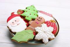 Divers types de biscuits décoratifs de pain d'épice de Noël de plat en forme de coeur en bois sur la vue supérieure blanche de ta Photo libre de droits