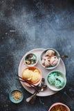 Divers types de crème glacée dans des cuvettes colorées en pastel photographie stock