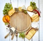 Divers types de fromage avec le fond vide de l'espace Images stock