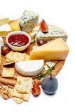 Divers types de fromage - parmesan, brie, roquefort, cheddar Photos stock