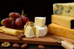 Divers types de fromage sur une table rustique photos stock