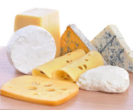 Divers types de fromages d'isolement Photos stock