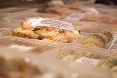 Divers types de fruits de mer à vendre au marché local Image stock