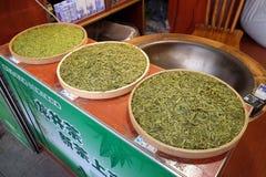 Divers types de thé dans des cuvettes en bois Photographie stock