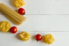 Divers types de vue supérieure de fond rustique de pâtes italiennes Image stock