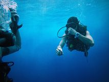 Divers Under the Sea Royalty Free Stock Photos