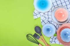 Divers ustensiles de cuisine, plats et une serviette sur un fond vert Vue sup?rieure images libres de droits