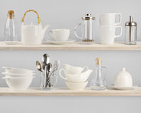 Divers ustensiles de cuisine sur les étagères en bois Photographie stock